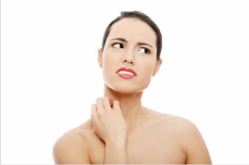Θεραπείες ομορφιάς με μηλόξυδο - Γυναίκα με φαγούρα στο δέρμα