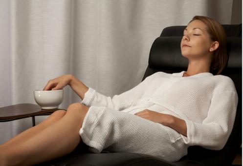 Πώς να θεραπεύσετε με φυσικό τρόπο την είσφρυση όνυχος - Γυναίκα εμποτίζει τα νύχια της σε έγχυμα