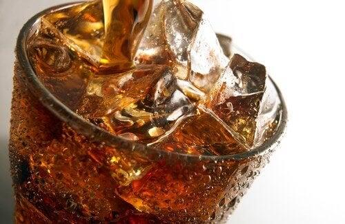 Συνήθειες που βλάπτουν τα νεφρά - Αναψυκτικό σε ποτήρι με παγάκια