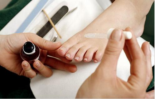 Πώς να θεραπεύσετε με φυσικό τρόπο την είσφρυση όνυχος - Γυναίκα κάνει θεραπεία στα νύχια του ποδιού της