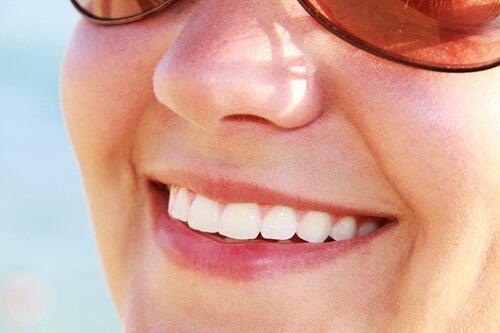 Τα οφέλη του πράσινου μήλου - Γυναίκα χαμογελά