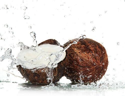 από τις τροφές που ενυδατώνουν το δέρμα νερο καρυδας