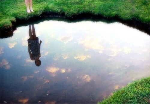 Ανακαλύψτε το νόμο του καθρέφτη για να είστε ευτυχισμένοι