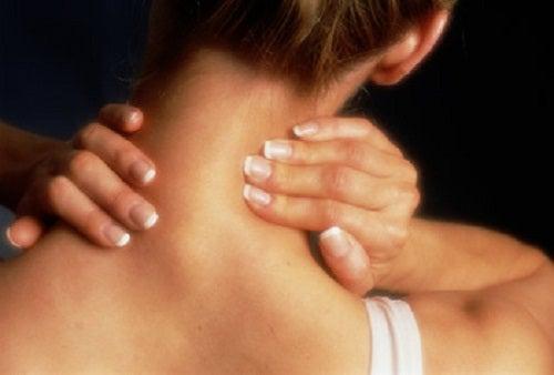 Φυσικά μυοχαλαρωτικά - Γυναίκα κάνει μασάζ στο λαιμό της
