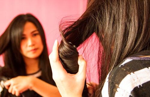 Πώς να ισιώνετε τα μαλλιά σας χωρίς να τα βλάψετε