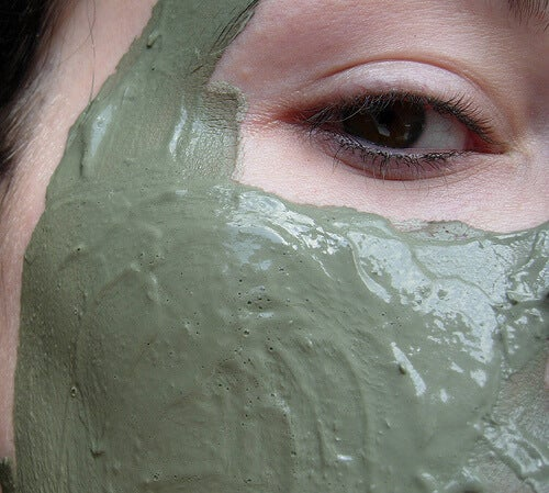 Μάσκες για το πρόσωπο - Γυναίκα με μάσκα από πηλό