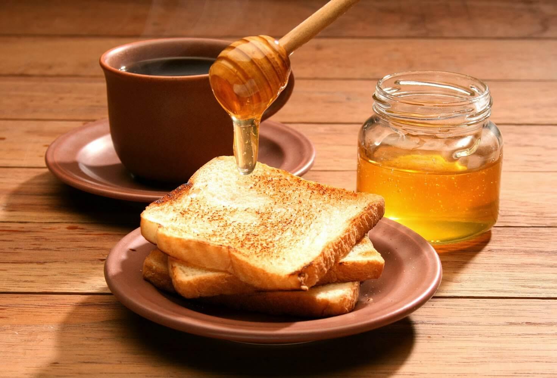 Σπιτικές θεραπείες για τις σκασμένες φτέρνες - μελι