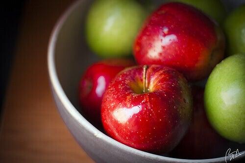από τις τροφές που ενυδατώνουν το δέρμα μηλα
