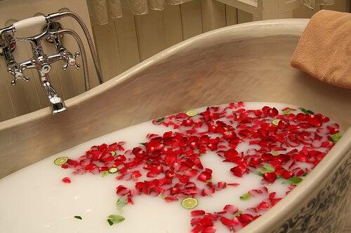 Φυσικά μυοχαλαρωτικά - Μπάνιο με γάλα και άνθη