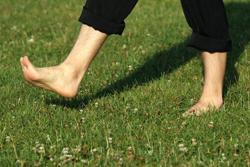 Οι ωφέλειες του να περπατάτε ξυπόλυτοι