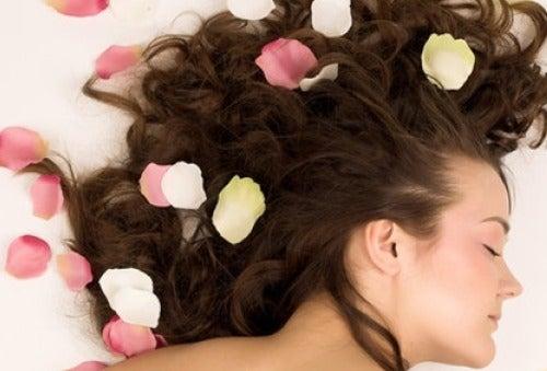 Πώς να αρωματίσετε τα μαλλιά με φυσικό τρόπο