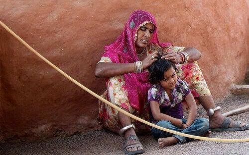 Απαλλαγείτε από ψείρες και κόνιδες - Γυναίκα ψάχνει για ψείρες στο παιδί της