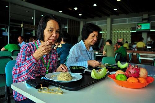 Παλινδρόμηση στομάχου - Δύο γυναίκες γευματίζουν