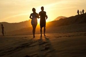 Λιναρόσπορος για τη δυσκοιλιότητα - Δύο άνθρωποι τρέχουν