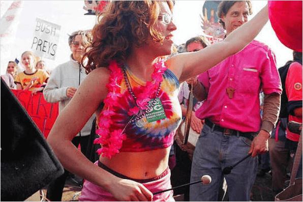 Φυσική λεύκανση της μασχάλης - Γυναίκα σηκώνει το μπράτσο της σε διαδήλωση