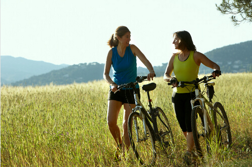 Απαλλαγείτε από τη δυσκοιλιότητα - Δύο γυναίκες κάνουν ποδήλατο στην εξοχή