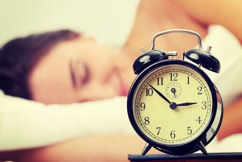 Ιδρώνω στον ύπνο - Γυναίκα κοιμάται