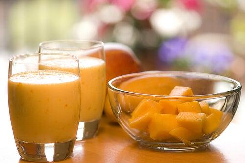 Smoothie με μάνγκο και μάνγκο σε μπολ