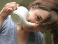 Γυναίκα χρησιμοποιεί νέτι πότι για την ιγμορίτιδα