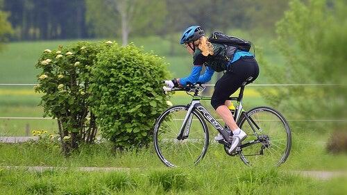 Πόνο στα γόνατα - Γυναίκα κάνει ποδήλατο
