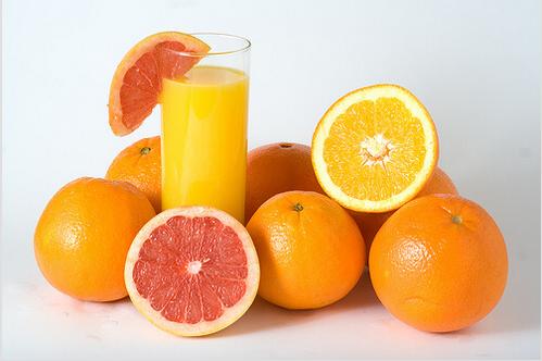 Θεραπείες για το σύνδρομο καρπιαίου σωλήνα - Γκρέιπφρουτ, πορτοκάλια και ένα ποτήρι με χυμό