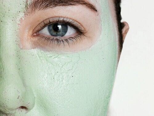 Κλείστε τους πόρους του δέρματος - Γυναίκα χρησιμοποιεί μάσκα προσώπου