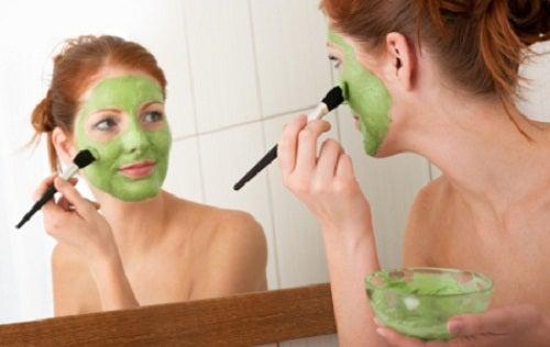 Κλείστε τους πόρους του δέρματος - Γυναίκα εφαρμόζει μάσκα προσώπου