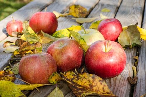 Ανακουφιστείτε από τους πόνους της φλεβίτιδας - Μήλα πάνω σε τραπέζι
