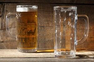 Η μπύρα κάνει καλό - Ποτήρι μπύρας γεμάτο και ποτήρι άδειο