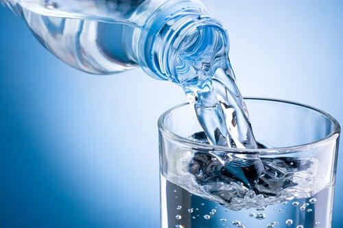 Νερό με άδειο στομάχι - Βάζοντας νερό σε ποτήρι