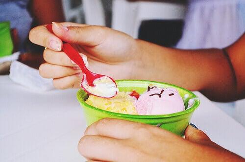 Υγιεινό παγωτό - Γυναίκα τρώει παγωτό