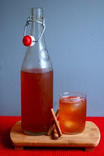 Κανάτα με κρύο μέλι και κανέλα