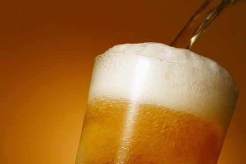 Η μπύρα κάνει καλό - Ξανθιά μπύρα σε ποτήρι