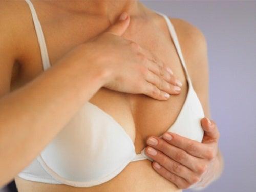 Γιατί νιώθω πόνο στο στήθος - Γυναίκα κάνει αυτοεξέταση δια ψηλαφήσεως