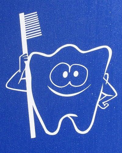 Ούλα που ματώνουν - Σχέδιο ενός δοντιού που κρατά οδοντόβουρτσα
