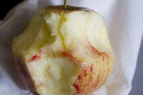 Τρόποι αντιμετώπισης της ουλίτιδας - Αίμα από ούλα σε δαγκωμένο μήλο