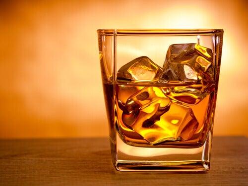 Ρυθμίστε την υψηλή χοληστερίνη - Αλκοόλ σε ποτήρι με παγάκια