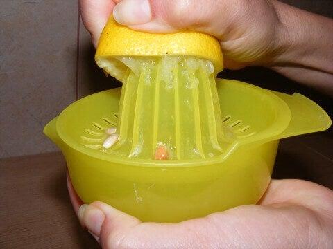 Θεραπείες για τα αέρια - Στύψιμο λεμονιού