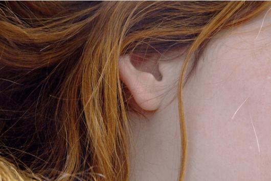 Πώς να ξεβουλώσετε τα αυτιά σας - Γυναικείο αυτί