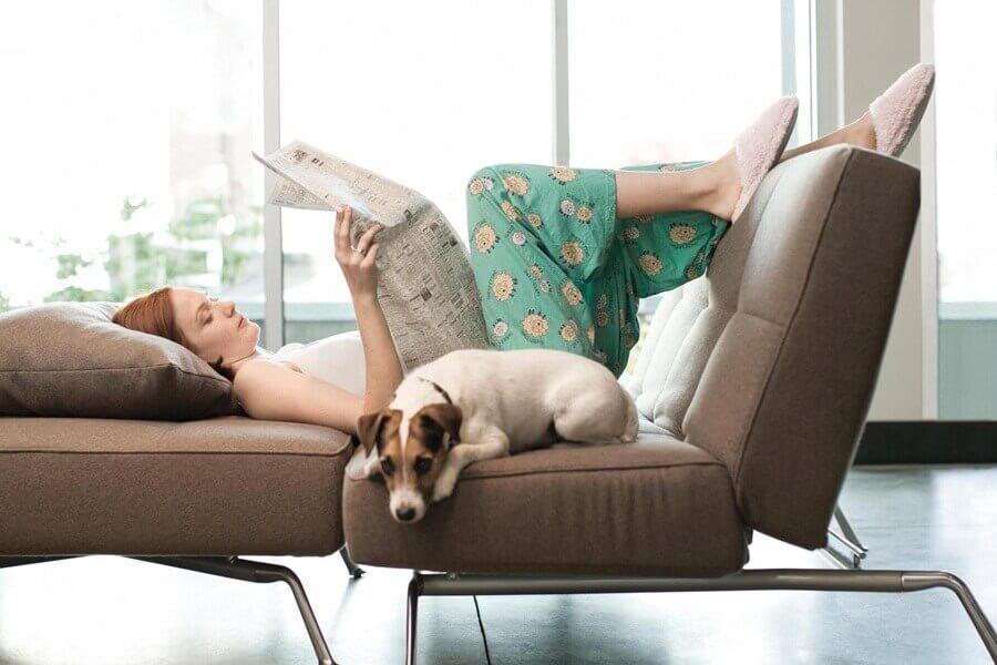 Αποτοξίνωση στο πάγκρεας - Γυναίκα χαλαρώνει σε καναπέ με τον σκύλο της