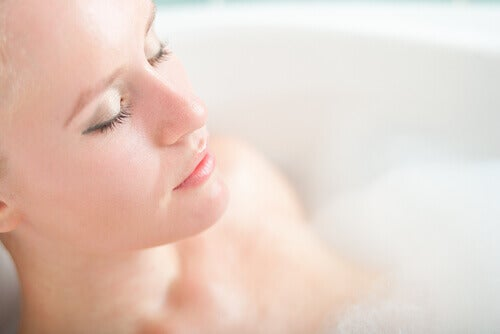 Αποτοξίνωση στο πάγκρεας - Γυναίκα σε μπανιέρα