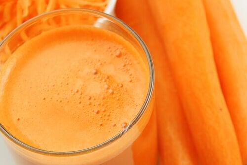 Αντικαρκινικά ροφήματα - Καρότα και χυμός καρότου σε ποτήρι