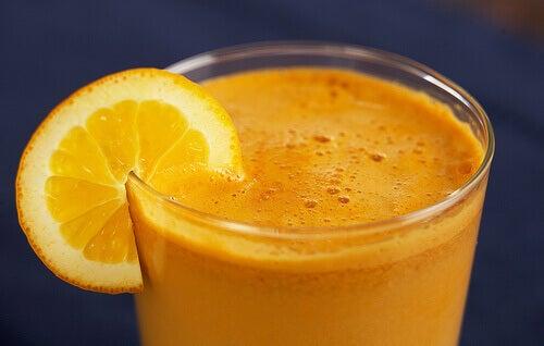 Υγιεινές τροφές που ίσως καταναλώνετε υπερβολικά - Πορτοκαλάδα σε ποτήρι