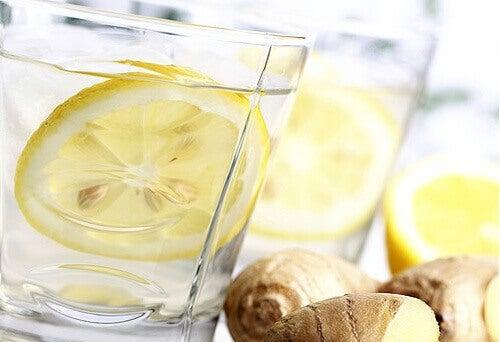 Αποτοξίνωση στο πάγκρεας - Νερό με λεμόνι σε ποτήρι και τζίντζερ