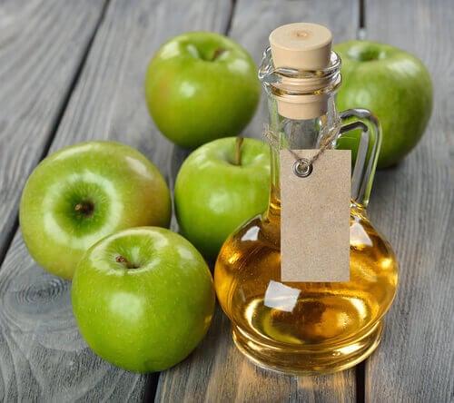 Ξύδι και μαγειρική σόδα: Μήλα και ξύδι