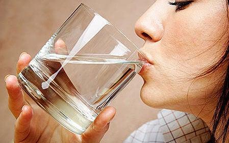 Αντιμετώπιση της κυστίτιδας - Γυναίκα πίνει νερό