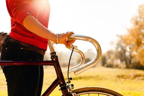 600 θερμίδες την ημέρα - Γυναίκα κάνει ποδήλατο