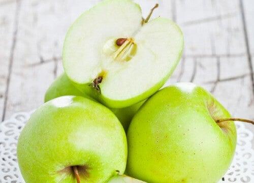 Τα πράσινα μήλα βοηθούν στην επαναφορά της ισορροπίας του μεταβολισμού. Είναι πλούσια σε φυτικές ίνες και, χάρη στην περιεκτικοτητά τους σε πολυφαινόλες, καταπολεμούν την παχυσαρκία και σας βοηθούν να ελέγξετε αποτελεσματικά το βάρος σας.