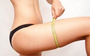 Αδυνάτισμα με γάλα ρυζιού - Γυναίκα μετρά το πόδι της