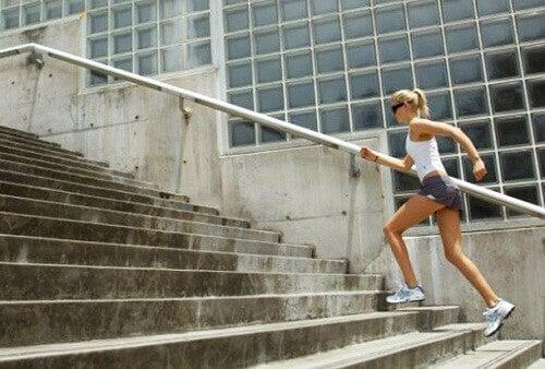 Τρόποι να τονώσετε τους γλουτιαίους σας - Γυναίκα ανεβαίνει σκαλιά
